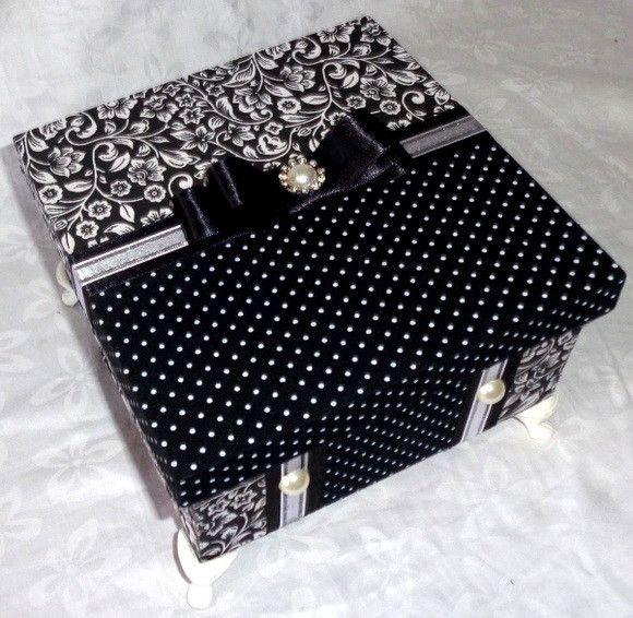 Medida: 16x16x6 Caixa MDF 04 divisorias forrada em tecido estampado e poás, laço chanel e mini perolas para enfeitar. Ideal para presentear com doces,bem casados ou para organizar peças pequenas em sua penteadeira.