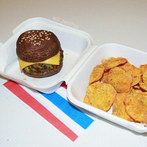 """{Mushroom burger avec: un """"Steak"""" épinards, saumon, tomates séchées & persil frais, du confit d'oignons & du cheddar. Accompagné de chips maison de patate douce saveur pizza (au micro-ondes)} ☆ IG: @all_healthyy"""