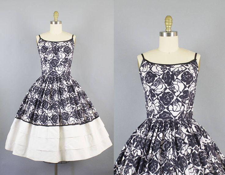 Prachtige bloemen sundress in een zwart-wit rose katoen print /. Zacht schepte hals is bekleed met satin, waardoor ook de delicate spaghetti bandjes, en een prachtige gecoate terug. De jurk heeft een volledige verzamelde cirkel rok met drie kleine lagen aan de onderkant, accentueren de mooie afdruk. De jurk is bekleed, sluit af met een center metalen rits en is in grote voorwaarde!  Weergegeven met crinoline, die niet inbegrepen is ***  Label: Lorch van Dallas Kleuren: Zwart, wit  Maten...