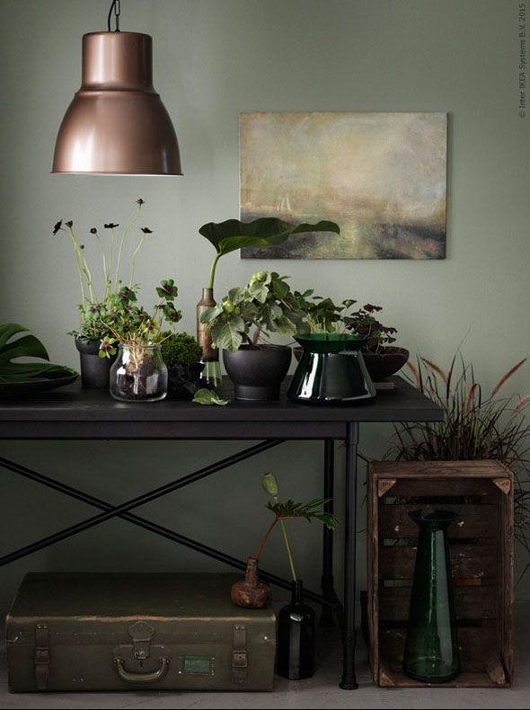 Tafel met planten en groene accessoires met HEKTAR hanglamp