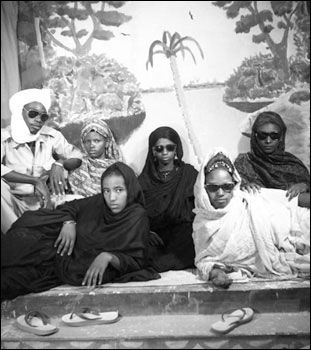 Moorish women and black glasses - Oumar-Ly - un photographe sénégalais dans la lignée des Seydou Keita et Malick Sidibé