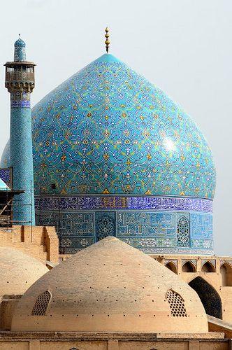Tempel in Netet met de kenmerkende minaret ernaast. Vanaf deze hoge, dunne torens roepen gekozen mannen en vrouwen de inwoners op tot gebed.