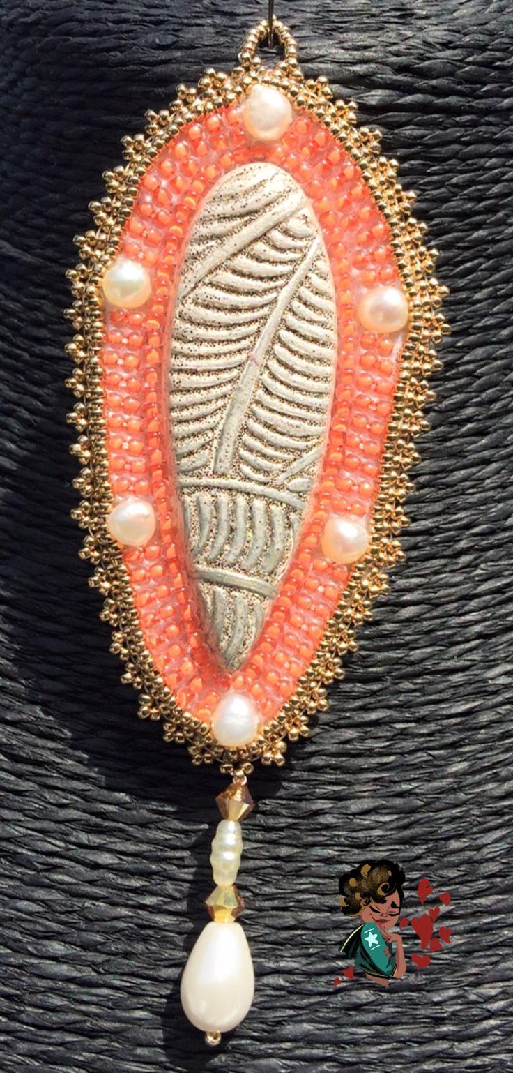 """Questo ciondolo che ho finito oggi si chiama """"Specchio delle Brame"""", ed è stato realizzato a #BeadEmbroidery. Il cabochon è di #CabochonMania, la conteria di precisione è #Toho e #Miyuki, le perle sono di Fiume"""