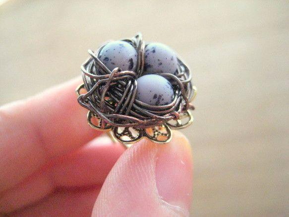 紫色のたまごビーズを使った指輪です。ワイヤーで鳥の巣を作りました。サイズフリー|ハンドメイド、手作り、手仕事品の通販・販売・購入ならCreema。