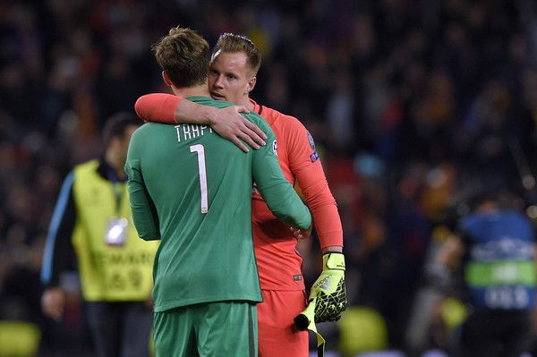 Barcelona's German goalkeeper Marc-Andre Ter Stegen (R) cheers Paris Saint-Germain's German goalkeeper Kevin Trapp at the end of the UEFA Champions League round of 16 second leg football match FC Barcelona vs Paris Saint-Germain FC at the Camp Nou stadium in Barcelona on March 8, 2017. / AFP PHOTO / LLUIS GENE