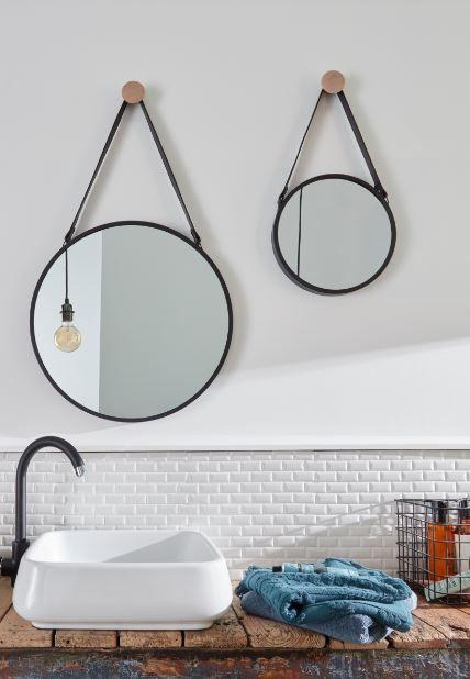 Dans Cette Salle De Bain Style Industriel Les Miroirs Ronds Deviennent Des Lments Dcoratifs