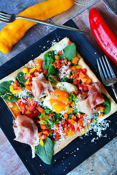 5分でおもてなし 春巻きの皮とパルミジャーノのサラダピザ 生ハム、卵、カラフル野菜のせでーす