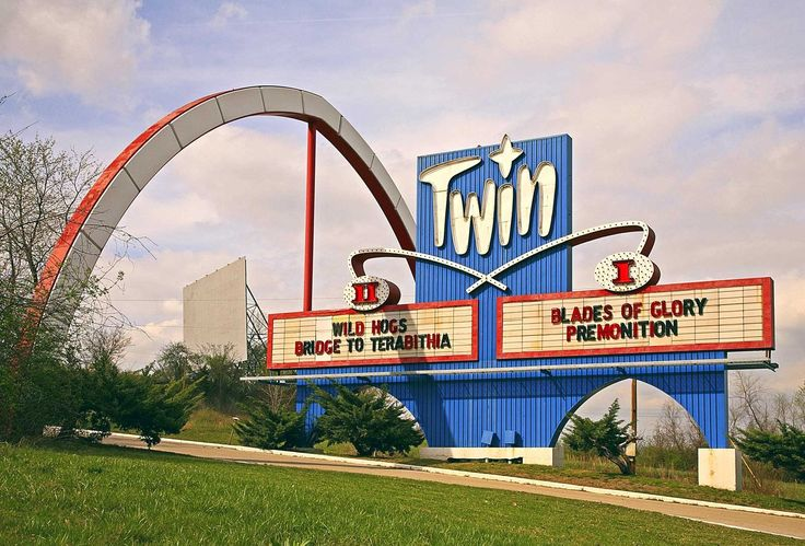 Twin Drive-in theatre Independence, Missouri on 40 Highway