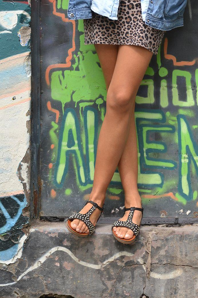 Sandalia plana negra con tachas.