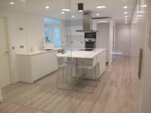 Cocina moderno decoracion via planreforma mesas de for Barras e islas para cocinas