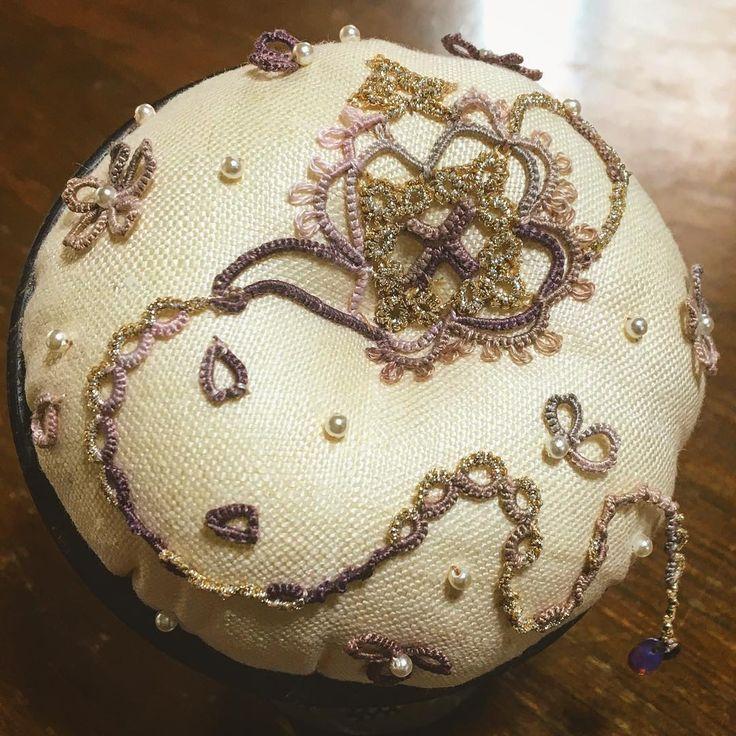 ウッドボールピンクッション(カップ口内径8cm/クラッシー生成り:直径20cm/綿30g)  タティングとウッドカップのピンクッションの見本作品、ようやく完成。魔法のケトルから楽しい夢が溢れるイメージで。 #タティングレース#レース#ピンクッション#tatting #tattinglace #lace#pincushion
