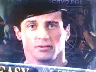 """Sim, se você escolhesse o modo Fácil para a versão de 3DO de """"Demolition Man"""" - game baseado no filme de ação """"O Demolidor"""", dos anos 1990 -, Sylvester Stallone em pessoa apareceria para zoar da sua cara. Não que valha muito ficar ofendido, já que """"Demolition Man"""" para o 3DO é um jogo bem zoado por si só..."""