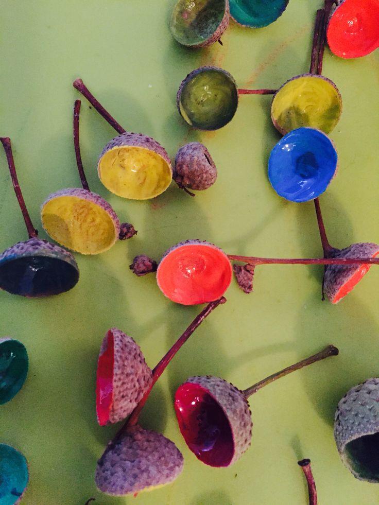 Eikeldopjes kleuren met verf!