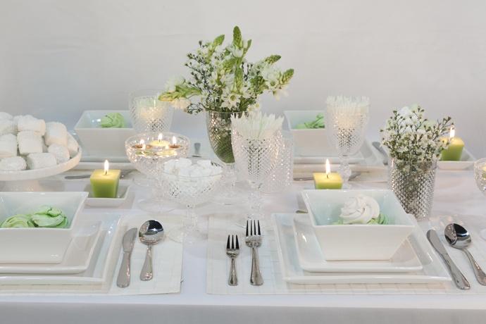 Para una celebración más formal usa copas y vasos de acrílico con tu vajilla de porcelana blanca. Las velas le darán más elegancia