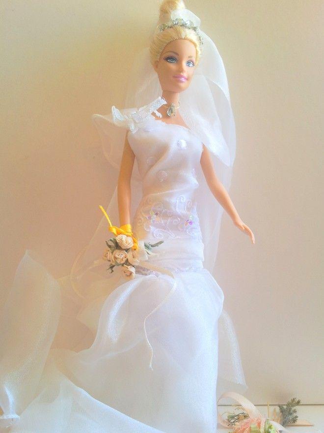 Barbie Ooak con abito da sposa bianco in velo, tulle e ricami, realizzato a mano.