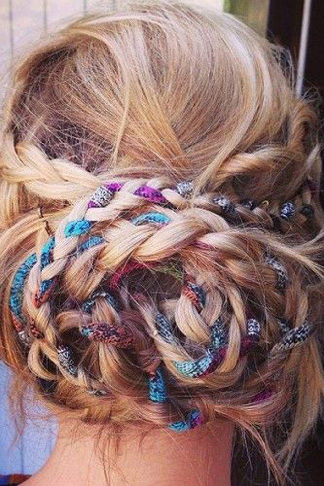 Le chignon tressé : pour une coiffure fun et colorée, pourquoi ne pas mêler quelques fils de couleur à sa tresse pour un résultat girly.