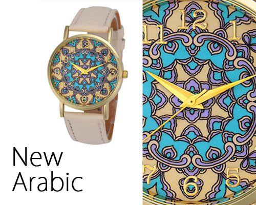Elegante orologio con decorazione in stile arabesco nella cassa. Colori pastello intensi: crema, azzurro e dorato.  Dettaglio della cassa dell'orologio e lancette in colore dorato. Cinturino in colore crema, similpelle.