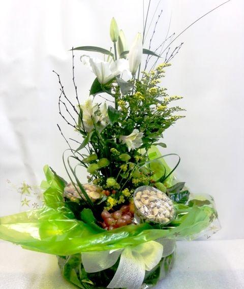 Si prefieres un exótico regalo, esta cesta con flores naturales es la idónea.