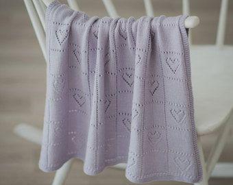 Cette couverture de bébé en 100 % laine mérinos tricotée est parfaite pour un sommeil doux et douillet pour bébé précieux. Couverture de jet tricot à la main est étonnamment souple, extensible et sera sûrement envelopper bébé dans la chaleur et damour. La taille parfaite pour une nacelle, poussette, lit denfant ou partout où que vous voulez ajouter un peu de chaleur et de style. Il fait une belle enveloppe à la main pour nouveau-né photos, occasions spéciales et des cérémonies, serait un…