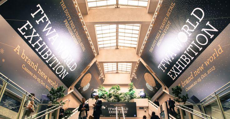 L'impression grand format numérique se décline également sur textile, toile, bâche, pvc, adhésif… Sur cette photo, la rue intérieure du Palais des Festivals et des Congrès de Cannes habillée par Exhibit Group.