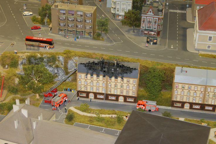 Tűzoltók dolgoznak a győri vasútállomás modellje mögött. #Miniversum