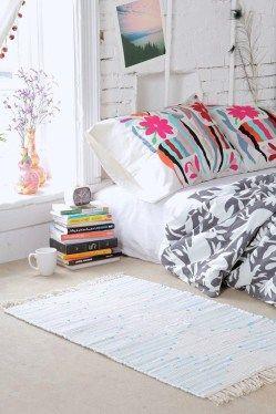 tapetinho e criado mudo de livros