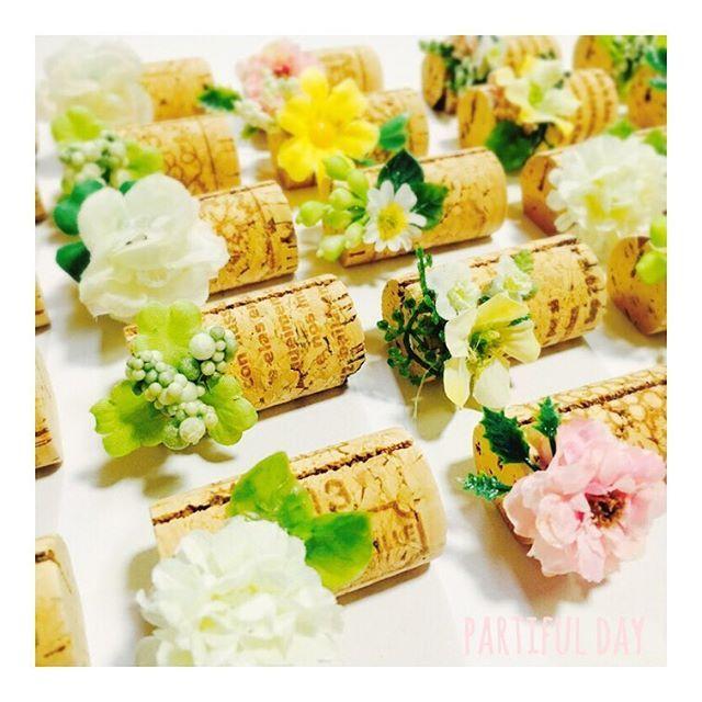 Wedding DIY . 席札立てはコルクをミニフラワーでデコレーションしました . おすすめのお花はまんまるのフォルムが可愛らしいピンポンマム 裏側の花弁がないタイプを使用すると留めやすいですよ . . . オーダーもお気軽にご相談ください . . #花嫁diy #ウェディング #席札 #席札立て #コルク #スタンド #ナチュラルウエディング #テーブルコーディネート #手作りウェディング #プレ花嫁 #花嫁 #結婚式diy #partifulday