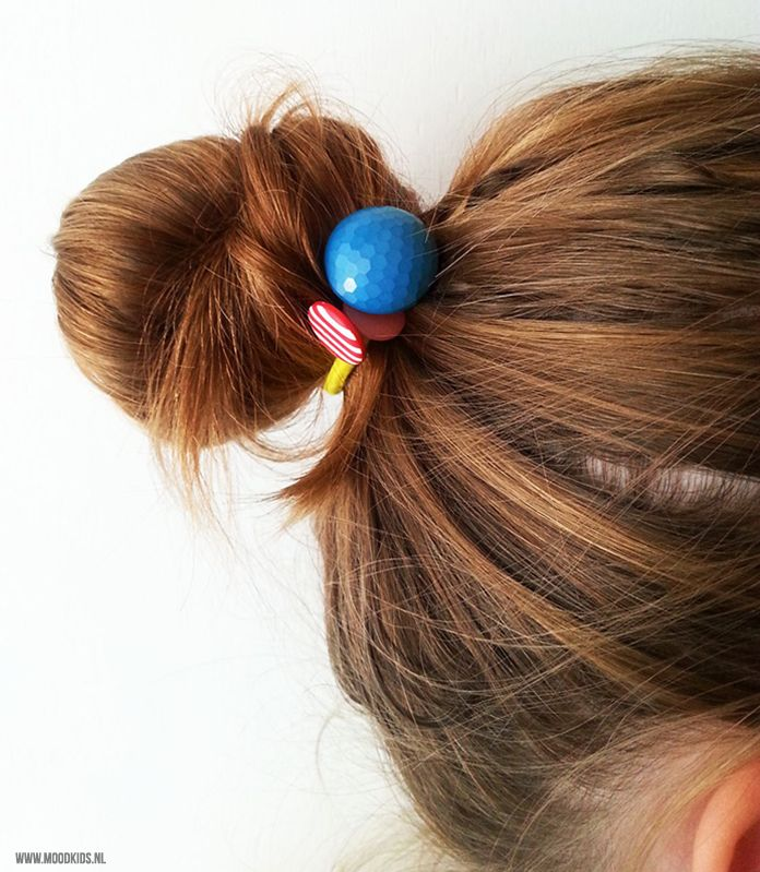 Op zoek naar leuke haaraccessoires om zelf te maken? Voor meisjes met lange haren zijn deze haarelastiekjes met knopen echt heel leuk én makkelijk te maken. #haar