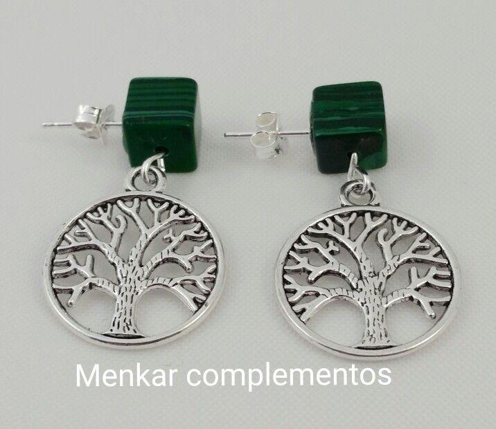 Pendientes con cierre de plata con dado de malaquita pegado al lóbulo y charm árbol de la vida.