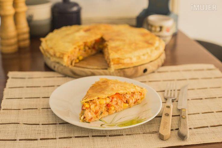 La idea para el almuerzo de hoy es una saludable, sencilla y deliciosa, seguro querrás intentarla de inmediato. Vamos a preparar una tarta de maíz y pollo. Solo tienes que seguir los pasos del vídeo que preparamos en forma exclusiva y lo tendrás listo en menos de lo que canta un gallo. Ingredientes:1 mas