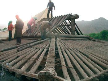 Following ancient Japanese and Chinese traditions restoration of the massive gabled roofs requires careful extracting  sc 1 st  Pinterest & 53 best Chinese roofs images on Pinterest | Chinese style Chinese ... memphite.com