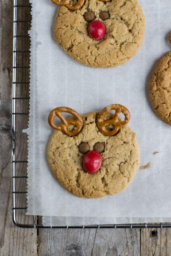 Koken met kids: Rudolf kerstkoekjes. Dit zijn koekjes mét pindakaas! Recept via BrendaKookt.nl