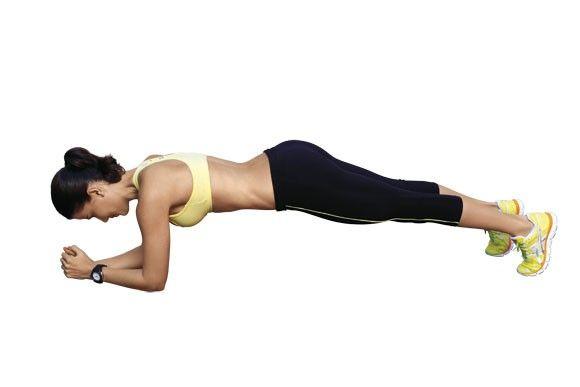 Abdominal isométrico: Deitada de barriga para baixo, com os antebraços e as pontas dos pés apoiados no chão. Eleve o tronco, até alinhá-lo com o quadril, mantendo o abdome bem contraído. Mantenha-se na posição por 30 segundos.  Foto: Caio Mello // Texto: Corpoacorpo.