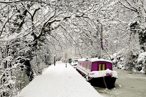 Een 'canal boat' huren in de winter! - Snowy canal boat by ZedBee | Zoë Power, via Flickr
