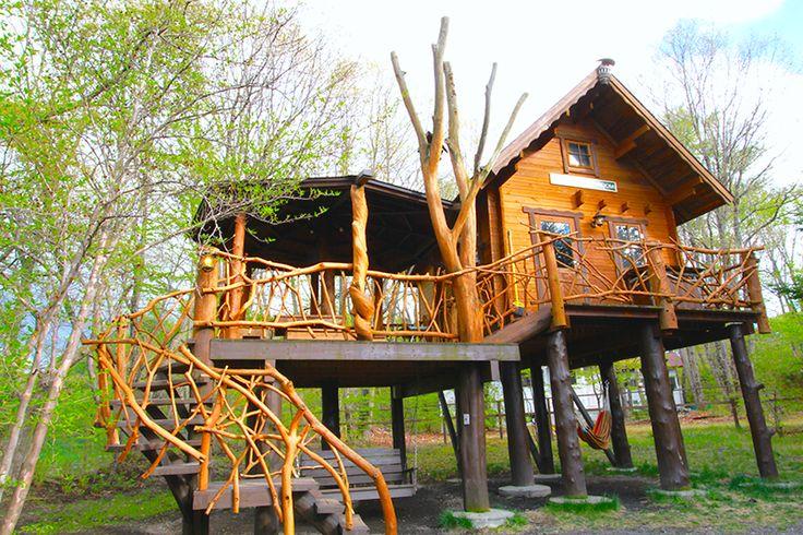 長野県北軽井沢にある日本最大級のオートキャンプ場「スウィートグラス」には、遊んで泊まれるツリーハウスがいっぱい!一年中予約殺到の超人気ツリーハウスの魅力をご紹介します♪