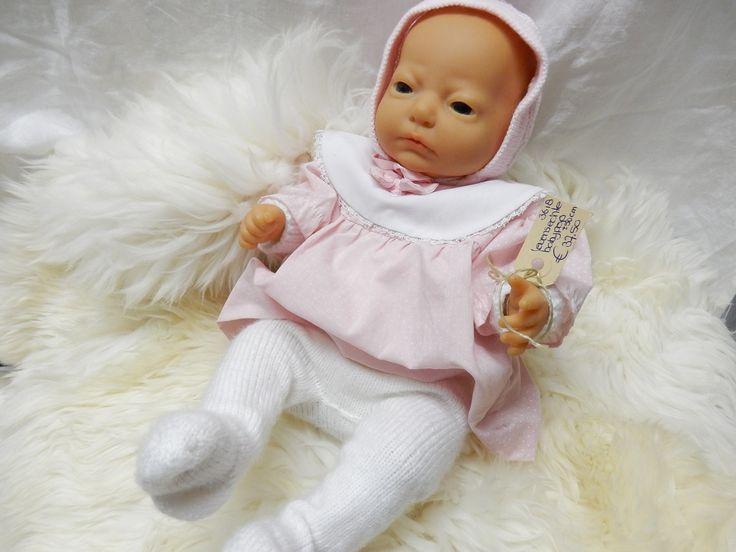 Mooie pasgeborene als pop. De babypop is gekleed in een roze jurkje, maar is van origine een jongetje. Onder het roze kleedje zit nog een wit gehaakt truitje met witte broek, zodat hij toch als jongen door kan gaan. Prijs € 37.50