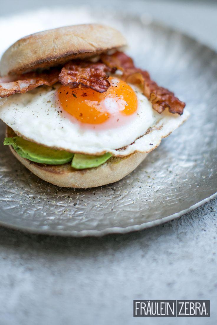 Bacon & Egg Sandwich with Avocado | English Muffins mit Bacon, Avocado & Ei #fraeuleinzebra