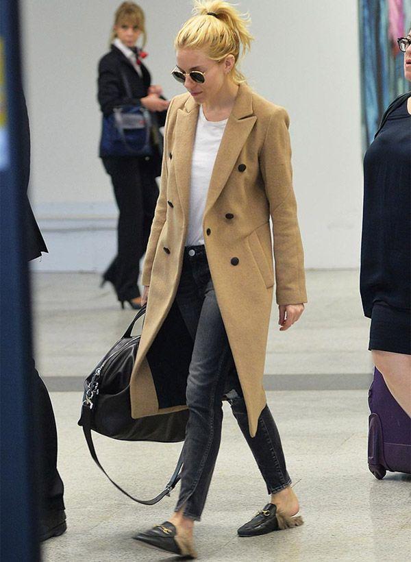 Sienna Miller usa loafer mule com óculos de sol e trench coat