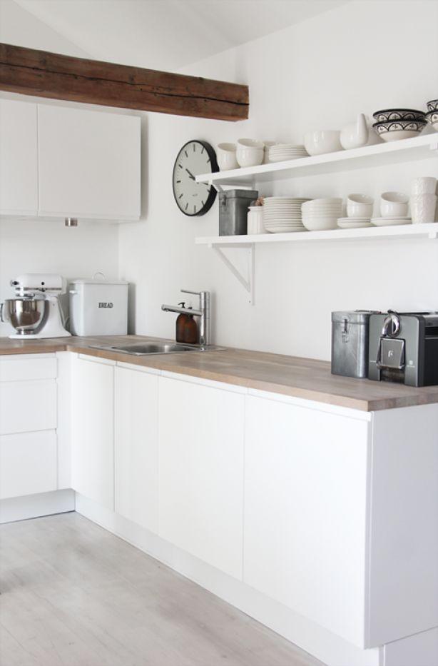 Witte keuken met houten aanrechtblad; keukenplanken, mooie styling [Elisabeth Heier].