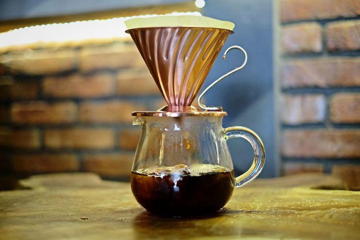 Jika cold brew memberi sensasi kenikmatan minum kopi dingin yang memerlukan kesebaran. Maka Japanese Iced Coffee yang satu ini adalah solusi bagi kamu yang ingin menikmati minum es kopi dalam waktu singkat. Dengan semakin banyaknya orang-orang yang tertarik di dalam dunia kopi, maka semakin banyak p…