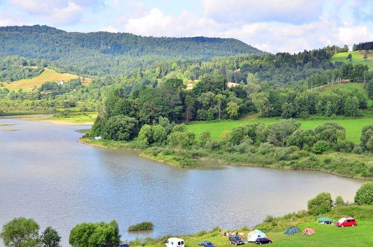 """Jezioro Solińskie. Jezioro Solińskie nazywane jest """"bieszczadzkim morzem"""". Otoczone wzgórzami sztuczne jezioro jest zbiornikiem głębokim, a pływanie w nim jest dozwolone tylko w kilkunastu wyznaczonych miejscach. Wokół zbiornika solińskiego powstały kurorty wypoczynkowe i uzdrowiskowe. Warto popływać po Jeziorze Solińskim statkiem, podziwiając okalaj&..."""