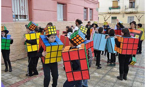 Wat heb je nodig? Een vierkante doos, rode, groene, blauwe, oranje, gele en witte verf, zwarte tape, een zwart T-shirt en zwarte lange broek.