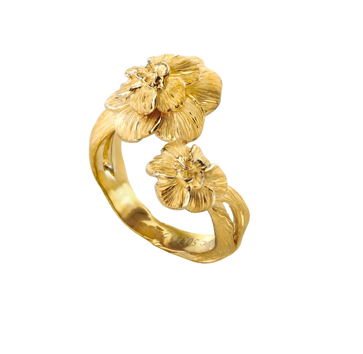 Gardenias ring in yellow gold.  www.carreraycarrera.com