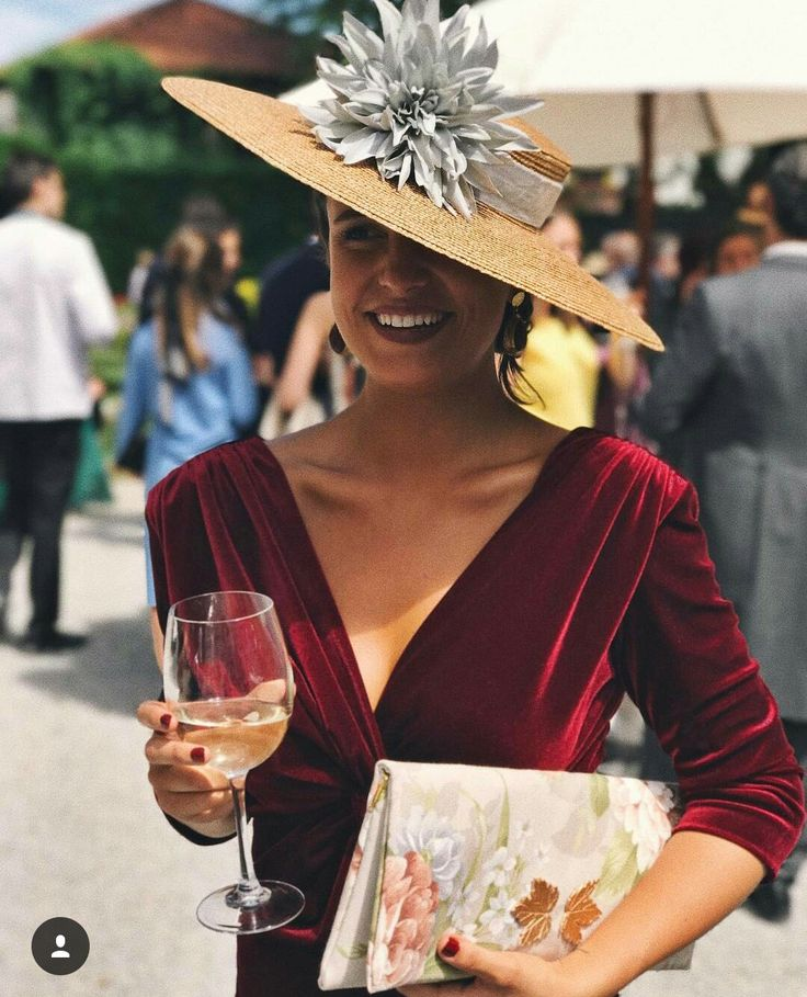 Vestido terciopelo, sombrero flor, invitada primavera, total look de La más mona.