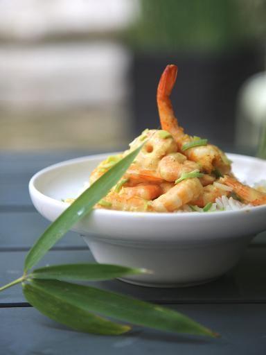 Recette Crevettes au curry express (pour 2 personnes) : - 300 à 400 g de crevettes roses - 2 cuil à soupe de crème - 1 cuil à café de curry - 2 cuil à café d'huile d'oliveDécortiquer les crevettes. Les faire revenir très rapidement dans l'huile d'olive en les saupoudrant de curry.  Ajouter la crème et mélanger le tout.  Servir immédiatement avec du riz thaï.