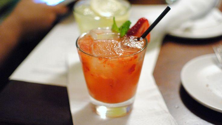 Cocktail al peperoncino con tequila e crème de menthe. Devil's Tongue drink