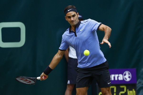 Roger Federer Photos Photos - Roger Federer of Suiss returns the ball during the men's singles match against Alexander Zverev of Germany on Day 9 of the Gerry Weber Open 2017 at Gerry Weber Stadium on June 25, 2017 in Halle, Germany. - Gerry Weber Open - Day 9