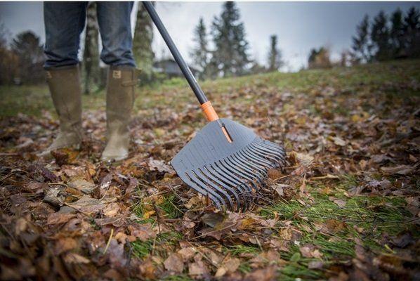 Hrábě na listí SOLID L jsou praktický lehký nástroj s hliníkovou násadou a pracovní šířkou 52 cm, vhodný pro práci na velkých plochách a okolo stromů. Pružné prsty z odolného plastu jsou navržené tak, aby se mezi nimi nezachycovala tráva.