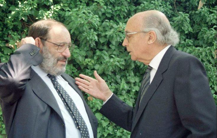 """""""El escritor italiano Umberto Eco, y el portugués, José Saramago, conversan en el Monasterio de Yuste, donde recibieron la medalla de oro de de la Academia Europea de Yuste, en 1998.  EFE"""""""