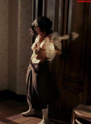 Salma Hayek, en el papel de Frida, una película basada en la biografía de la gran pintora mejicana. No es fácil encontrarse con un desnudo, aunque sean sólo los senos, de esta Salma Hayek que hizo …
